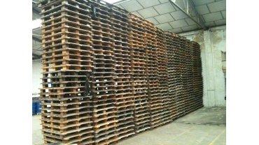 Palets de madera y plástico